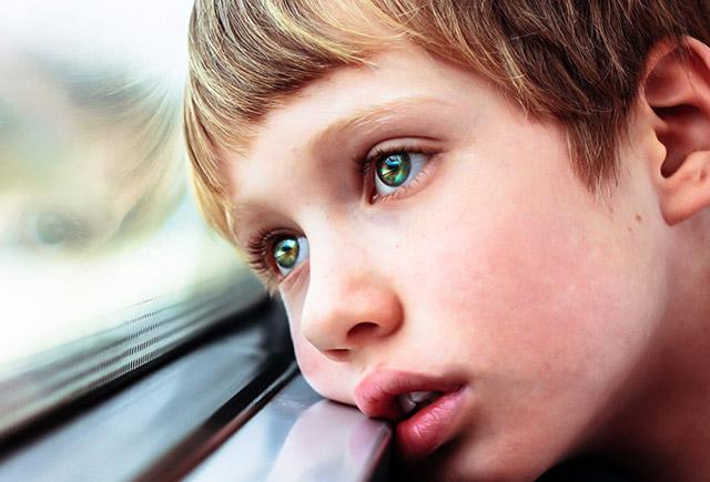 Autizm: Uşaqlarda hansı əlamətlərə diqqət yetirməli?